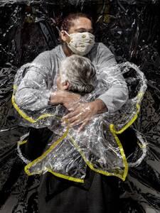 Die 85-jährige Rosa Luzia Lunardi wird von der Krankenschwester Adriana Silva da Costa Souza umarmt - die erste Umarmung, die sie seit fünf Monaten erhält. Das Bild des dänischen Fotografen Mads Nissen ist das Welt-Pressefoto des Jahres 2021.