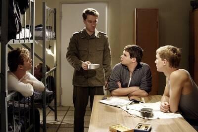 Alexander (Jacob Matschenz, rechts) und seine Kameraden in der Kaserne.  Quelle: Bavaria Media