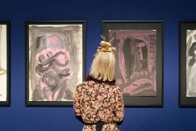 Eine Besucherin in der K.H. Hödicke Ausstellung im PalaisPopulaire