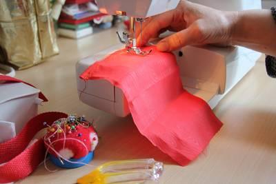 Anfänger/innen lernen auf der elektrischen Nähmaschine zu nähen.