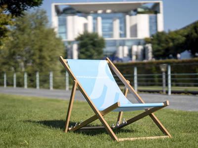 Liegestuhl im Kanzlergarten, im Hintergrund das Bundeskanzleramt