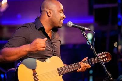 Adriano Trindade (Vocals, Gitarre), brasilianischer Jazzmusi...