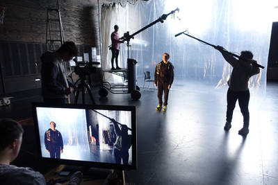 Filmaufnahmen: Ein Schauspieler, um ihn herum Menschen mit Aufnahmegeräten und Kameras. Dahinter ein großer Plastikvorhang - Foto: Rhian Hinkley