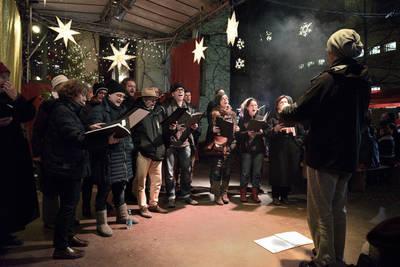 Fröhliches Weihnachtssingen beim Lucia Weihnachtsmarkt in de...