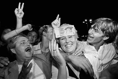 Währungsunion - Das erste Westgeld wird in der Nacht zum 1. Juli 1990   herausgegeben. Berlin Alexanderplatz (c) Ann-Christine Jansson