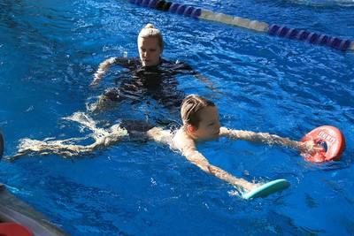 Schulkinder lernen in den Herbstferien schwimmen