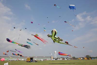 Festival der Riesendrachen auf Tempelhofer Feld mit Feuerwer...