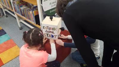 """Bibliothekausstellung: """"Was bewegt die Welt? – 25 Jahre..."""