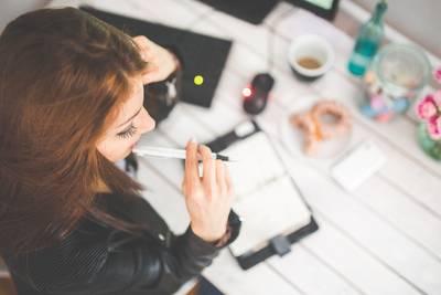 kaboompics@pixabay.com - young - Frau an Schreibtisch
