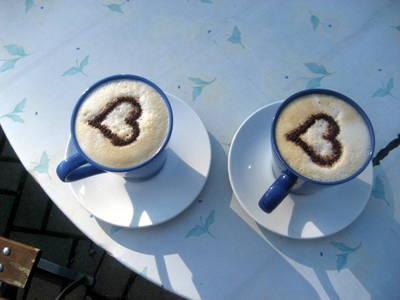 2 Kaffee mit Milchschaumherzen