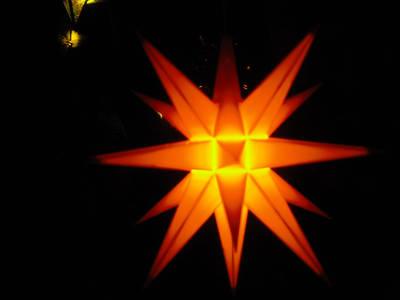 Herrnhuther Stern auf dem Weihnachtsmarkt im Böhmischen Dorf