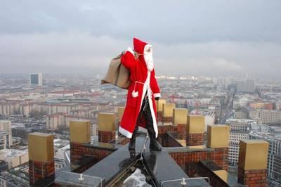 Weihnachtsmann seilt sich ab vom Panoramapunkt am Potsdamer ...