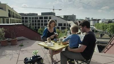Familie Salzmann am Dach des Wohnprojekts Kalkbreite in Zürich